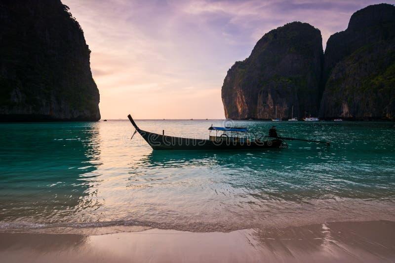 Tradycyjna tajlandzka longtale łódź przy majowie zatoką w Phi Phi wyspie Lo zdjęcie royalty free