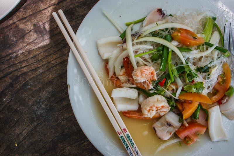 Tradycyjna tajlandzka sałatka z lemongrass, wapnem, garnelami, kluskami i chili, phi Thailand wyspy fotografia royalty free