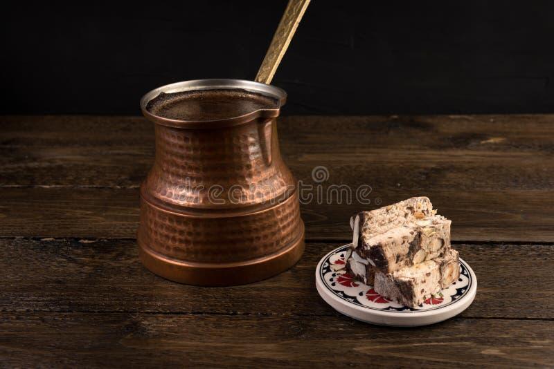 Tradycyjna turecka kawa i turecki zachwyt na ciemnym tle fotografia stock