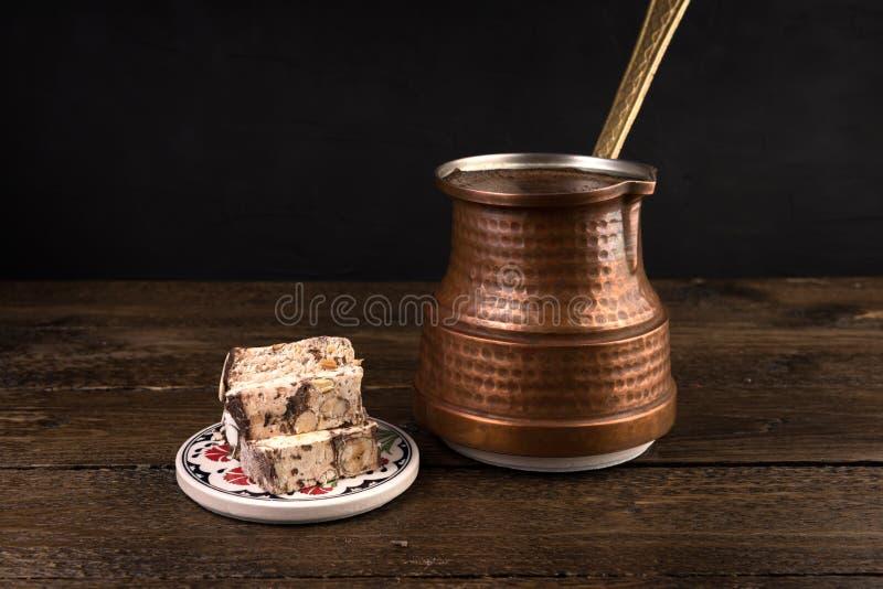 Tradycyjna turecka kawa i turecki zachwyt na ciemnym tle zdjęcia stock