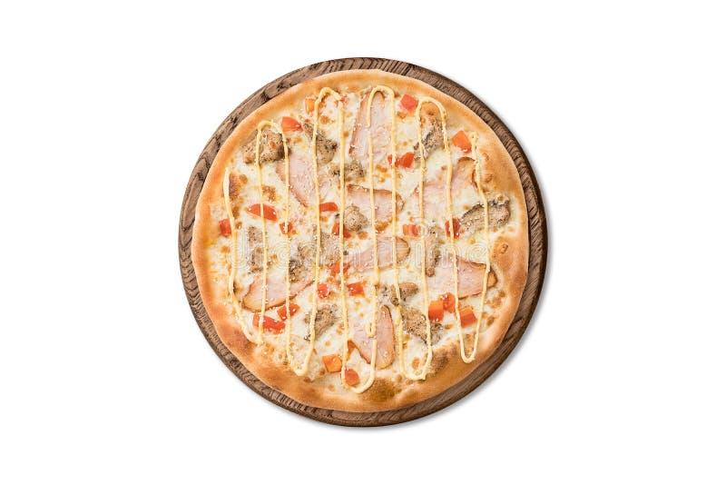 Tradycyjna Włoska pizza z bekonem, pomidorami i serowym kumberlandem na drewnianej desce odizolowywającej na białym tle dla menu, fotografia stock