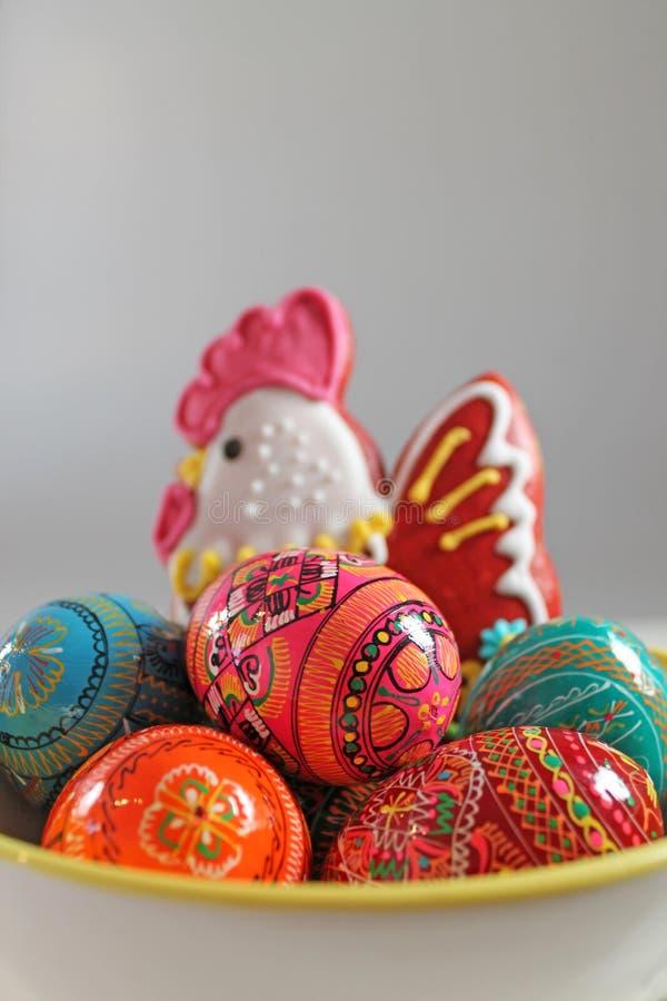 Tradycyjna Wielkanocna dekoracja - barwioni jajka i miodownik zdjęcia stock