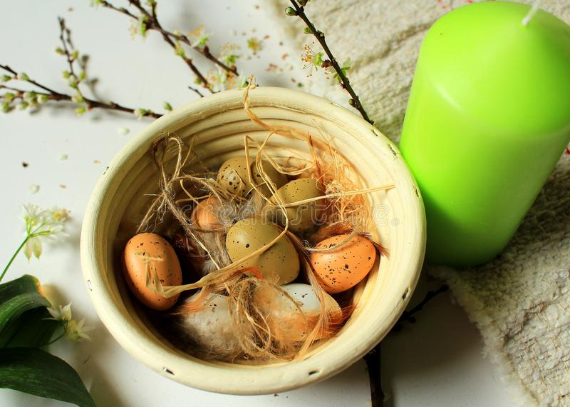 Tradycyjna Wielkanocna dekoracja wakacje świeczka, jajka i kwiaty -, - wiosna przychodził - zdjęcia stock