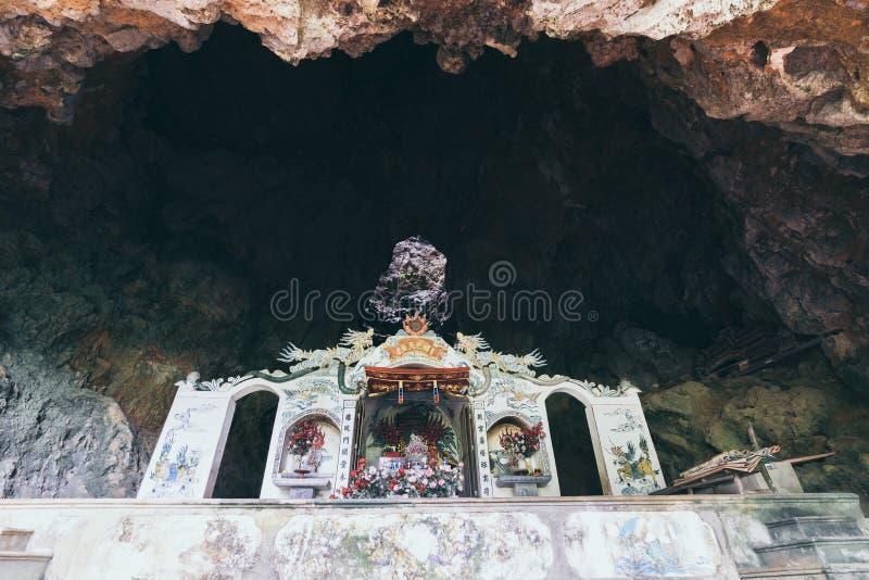 Tradycyjna Wietnamska świątynia wśrodku rockowej jamy w Ninh Binh prowincji, Wietnam zdjęcie stock