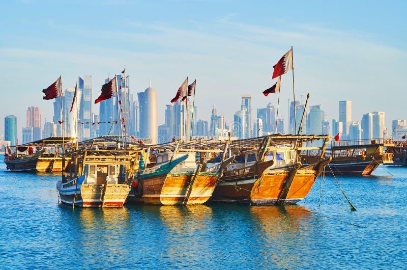Tradycyjne łodzie i nowożytna architektura Doha, Katar obraz royalty free