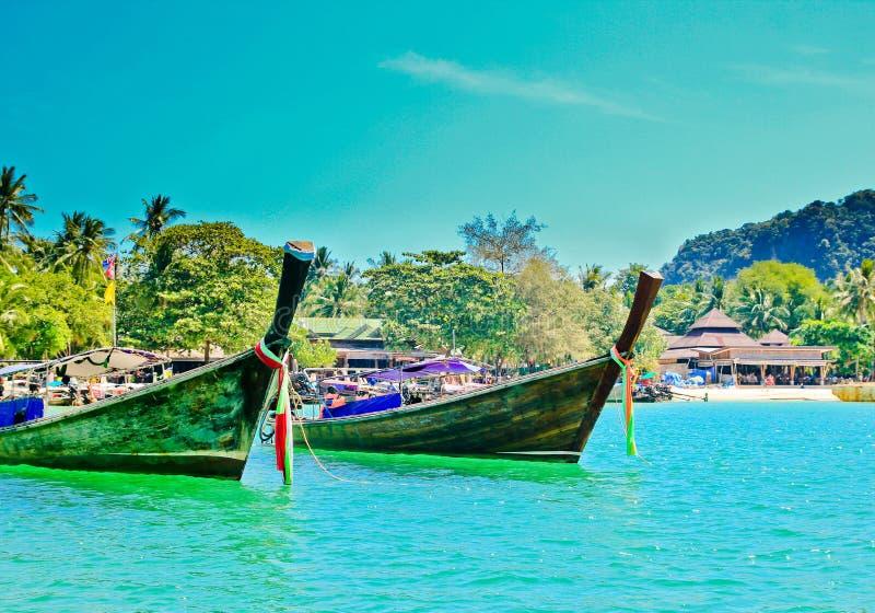 Tradycyjne łodzie na tropikalnym plażowym Tajlandia obrazy royalty free