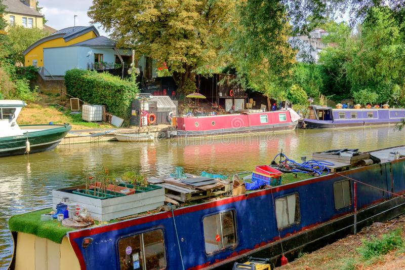 Tradycyjne domowe łodzie na rzeczny krzywka w Cambridge zdjęcie royalty free