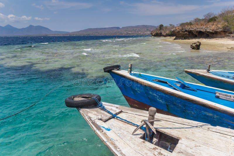 Tradycyjne drewniane łodzie przy plażą Menjangan wyspa zdjęcia stock