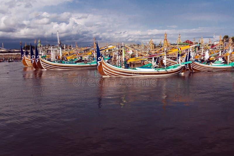 Tradycyjne drewniane łodzie rybackie na Bali wyspie zdjęcia royalty free