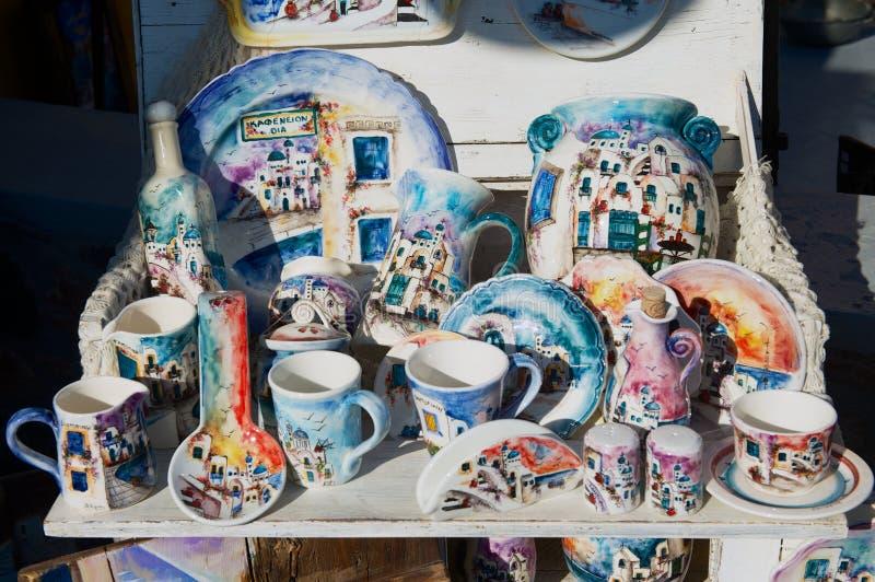Tradycyjne handmade pamiątki od Santorini wyspy przy kramem uliczny pamiątkarski sklep w Oia, Grecja obraz stock