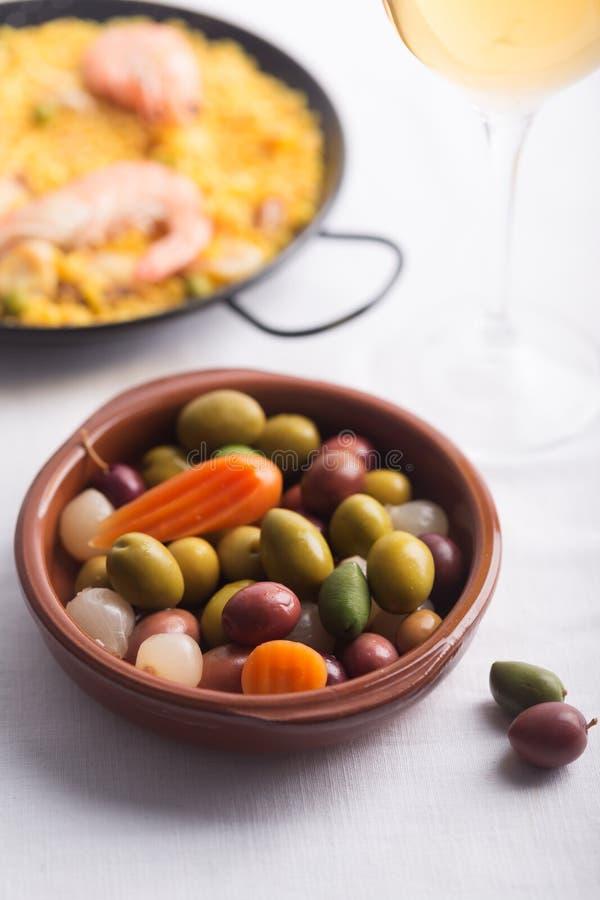 Tradycyjne Hiszpańskie oliwki na talerzu Mieszający z marchewką i cebulą zdjęcia royalty free