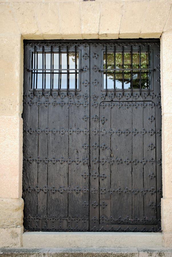 Tradycyjne hiszpańszczyzny nabijali ćwiekami drewnianego drzwi z okno, Ronda, Hiszpania fotografia royalty free