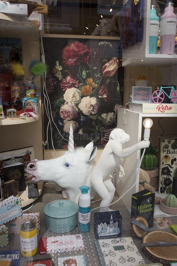 Tradycyjne Holenderskie pamiątki i biała jednorożec jako kandelabry w pamiątkarskiego sklepu okno zdjęcie stock
