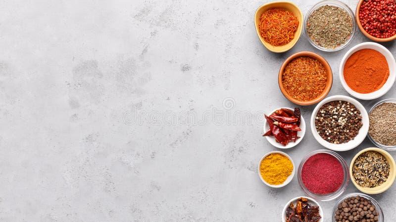 Tradycyjne Indiańskie pikantność w pucharach na popielatym tle zdjęcia royalty free