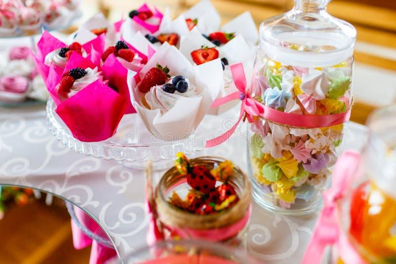 Tradycyjne jagodowe babeczki i cukierki słuzyć przy świątecznym celebrą obrazy stock
