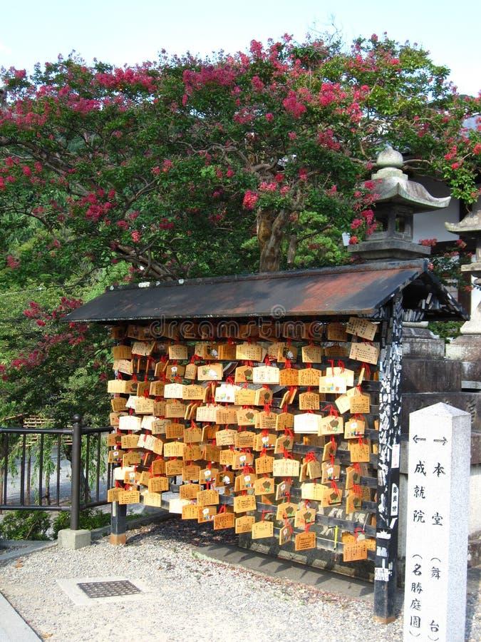 Tradycyjne Japońskie małe drewniane plakiety z modlitwami i życzeniami zdjęcie royalty free