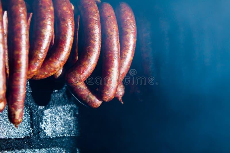 tradycyjne jedzenie Uwędzeni sausuages w wędzarni zdjęcie stock