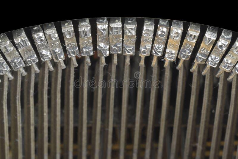 Tradycyjne maszyna do pisania letterpress ręki W górę uderzającej powierzchni starzy maszyna do pisania symbolu i listu klucze zdjęcie stock