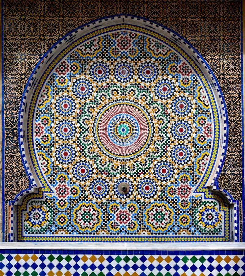 Tradycyjne orientalne płytki dekoruje fontannę, Maroko zdjęcie royalty free
