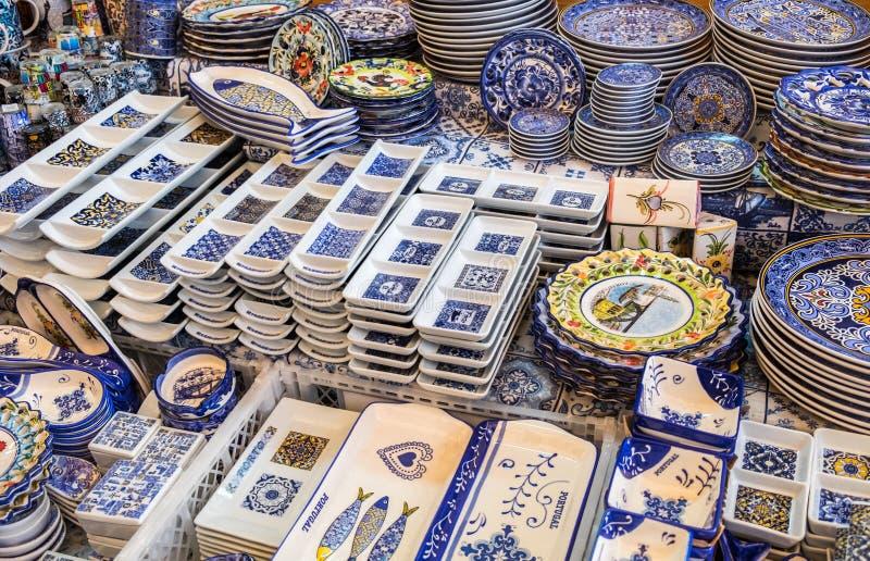 Tradycyjne portuguese pamiątki dla sprzedaży przy Porto rynkiem (Mercado robi Bolhao zdjęcia royalty free