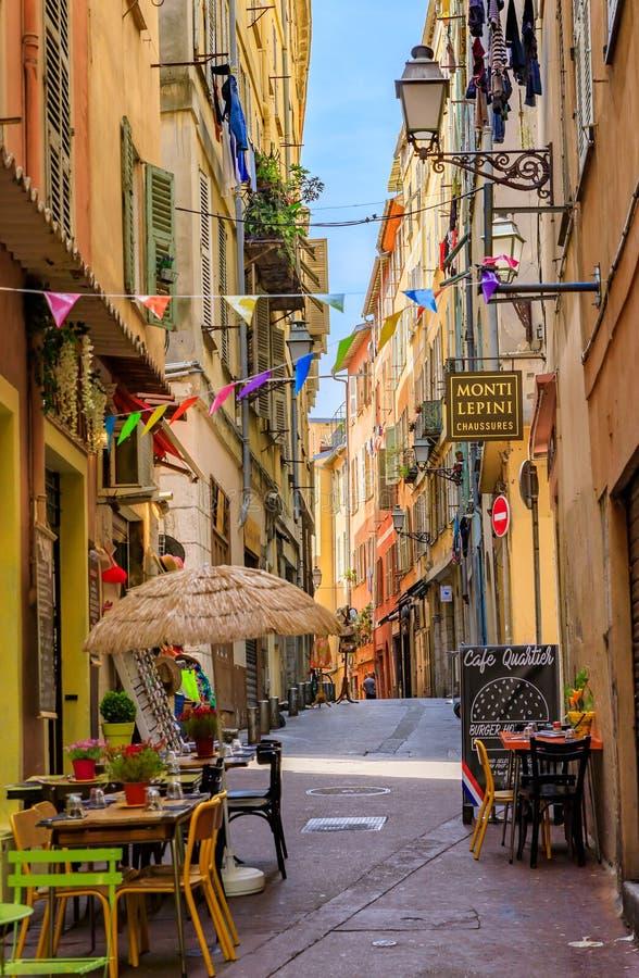 Tradycyjne prowiantowe i urocze małe restauracje w starych domach na wąskich ulicach Stary Grodzki Vielle Ville Ładny, Francja fotografia stock