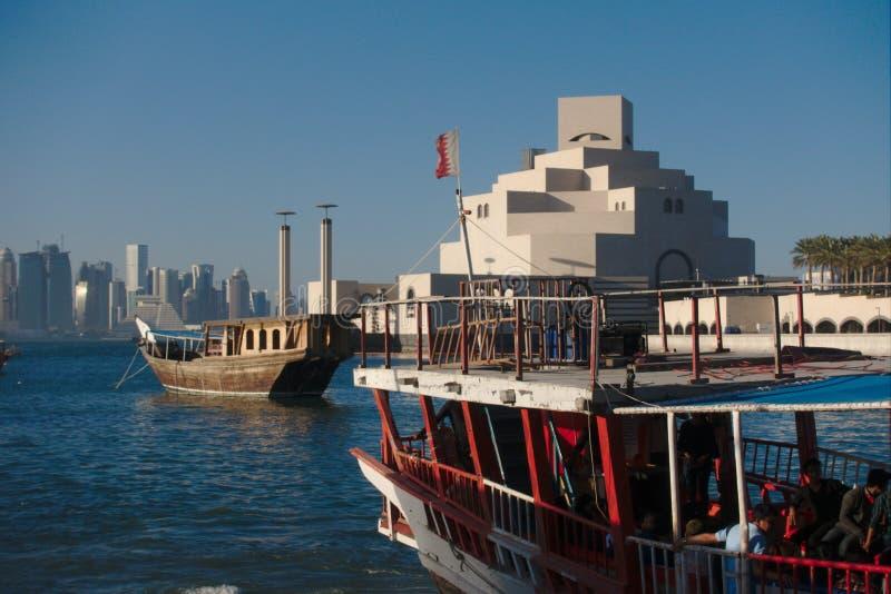 Tradycyjne qatari Dhow łodzie z linią horyzontu zachód zatoki drapacze chmur, brać przy zmierzchem Qatar dauhańskiej zdjęcia royalty free