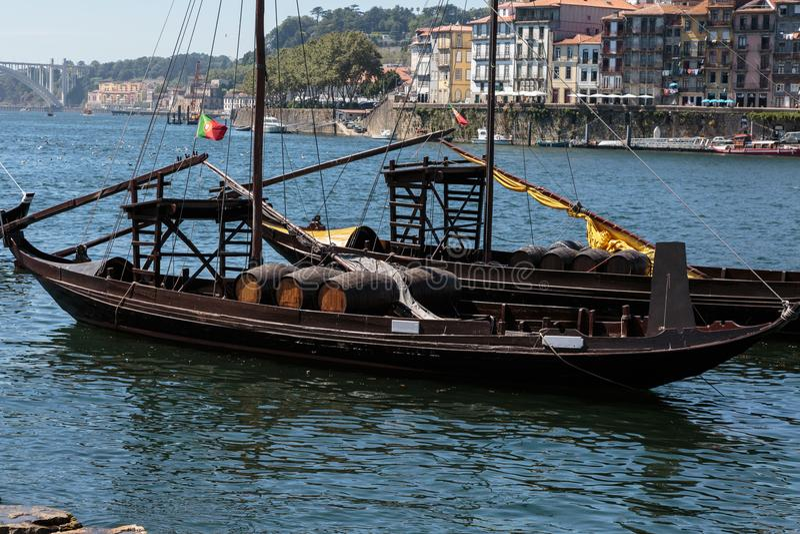 Tradycyjne Rabelo łodzie na banku Douro, Porto Rzeczni -, obrazy stock
