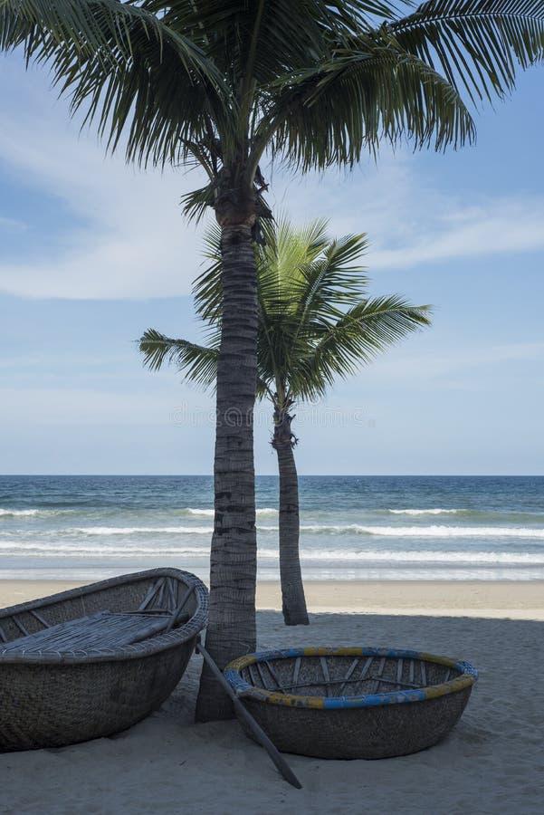 Tradycyjne round Wietnamskie łodzie i drzewka palmowe na Danang wyrzucać na brzeg obraz stock