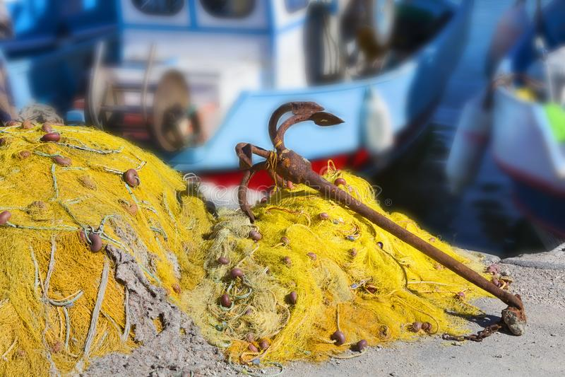 Tradycyjne sieci rybackie i ośniedziała kotwica obraz royalty free