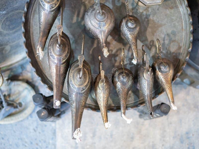 tradycyjne starzeć się magiczne lampy przy Istanbuł Uroczystym bazarem zdjęcia royalty free
