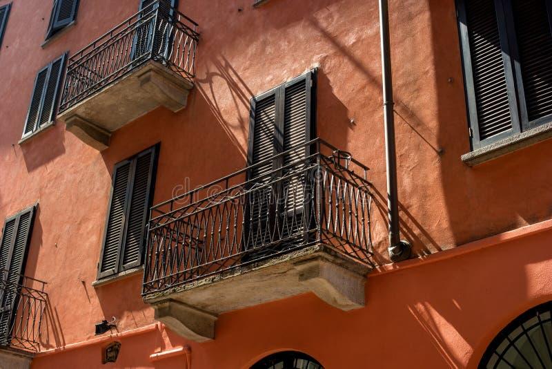 Tradycyjne Włoskie balkonowe vykraski i terakoty ściany obrazy royalty free