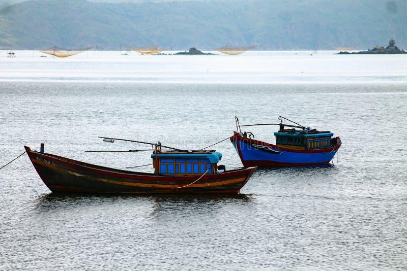 Tradycyjne Wietnamskie łodzie rybackie na morzu obraz stock