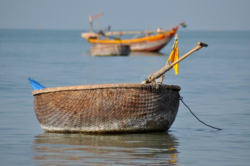 Tradycyjne Wietnamskie łodzie rybackie w Mui Ne porcie, Wietnam zdjęcia stock