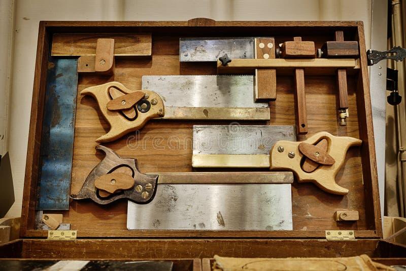 Tradycyjne woodworking ręki piły w gabinecie zdjęcia royalty free