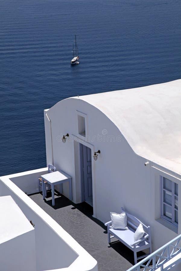 Tradycyjnego bielu domowy i denny widoku taras, Oia, Santorini isl zdjęcia stock