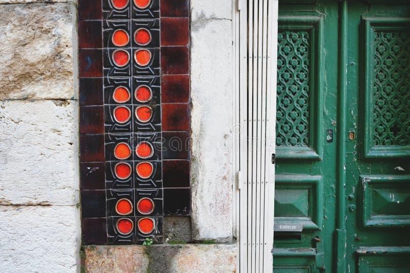Tradycyjnego drewnianego drzwi i ceramicznych płytek mozaiki ściana w Lisbon, Portugalia zdjęcia stock
