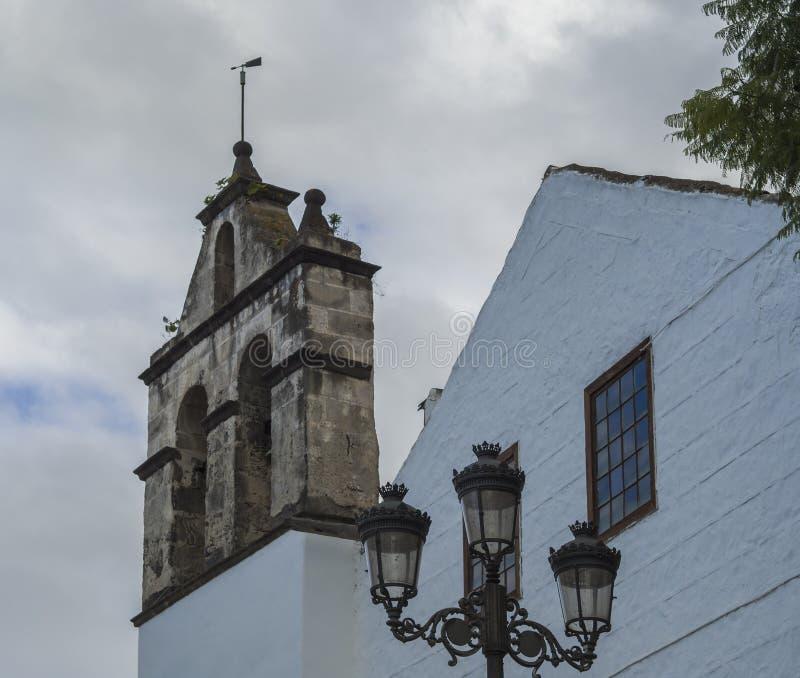 Tradycyjnego kościół kamienia dzwonkowy wierza i latarnia uliczna w Puerto De Los angeles Cruz, Hiszpania, wyspy kanaryjskie, Ten obraz stock