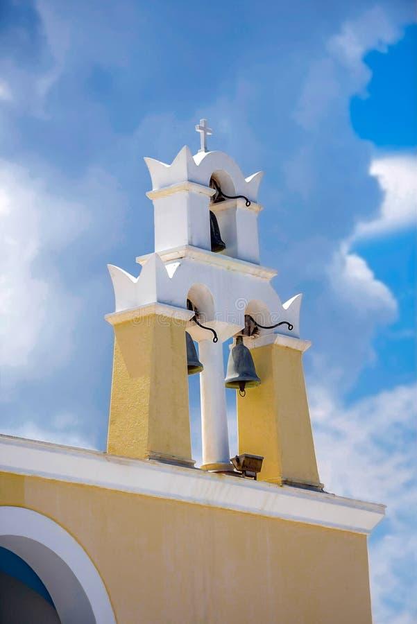 Tradycyjnego koloru żółtego dzwonkowy wierza przeciw chmurnemu niebu przy gree obrazy royalty free