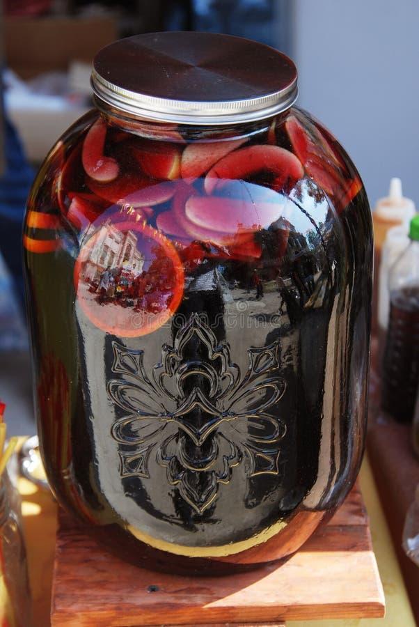 Tradycyjnego słoju Sangria lemoniady Czerwonego napoju cytrusa Różne owoc nad Grunge Drewnianym tłem Lato Zimnego napoju Selekcyj zdjęcia stock