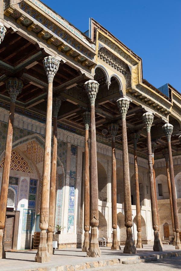 Tradycyjnego uzbeka rzemiosła drewniany cyzelowanie Drewniana kolumna z rzeźbiącym kwiecistym ornamentem, Bukhara, Uzbekistan fotografia royalty free