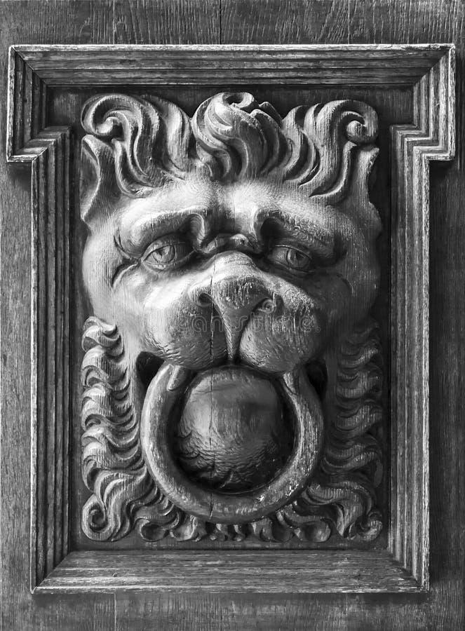 Tradycyjnej lew głowy kształtny drzwiowy knocker fotografia royalty free