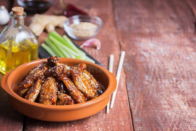 Tradycyjni Azjatyccy fertanie dłoniaka kurczaka skrzydła z sezamem i warzywami kopia zdjęcie stock