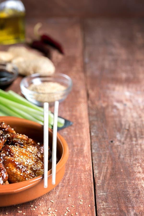 Tradycyjni Azjatyccy fertanie dłoniaka kurczaka skrzydła z sezamem i warzywami kopia zdjęcie royalty free