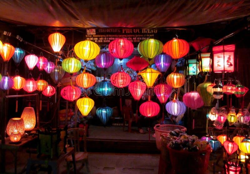 Tradycyjni azjatykci culorful lampiony przy noc chińczykiem wprowadzać na rynek fotografia royalty free