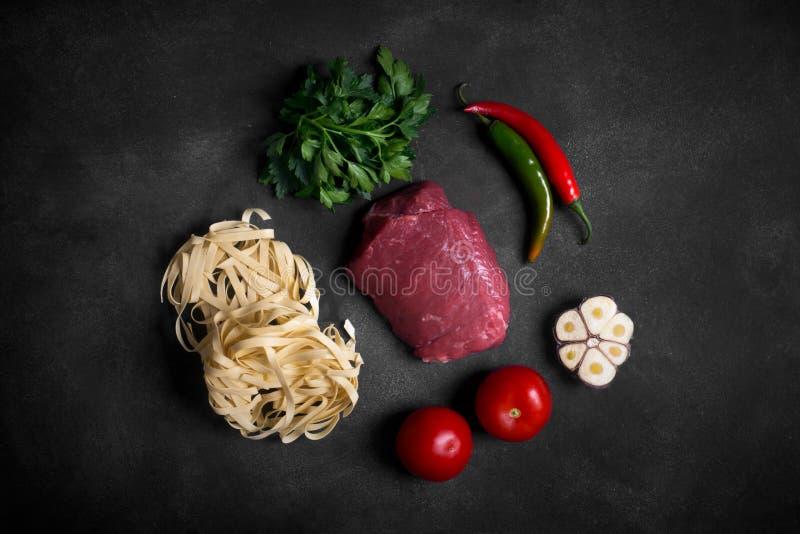 Tradycyjni azjatykci składniki lagman - kluski z warzywami i mięsem fotografia stock