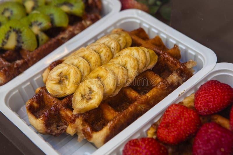 Tradycyjni Belgijscy gofry przygotowywający jeść fotografia stock