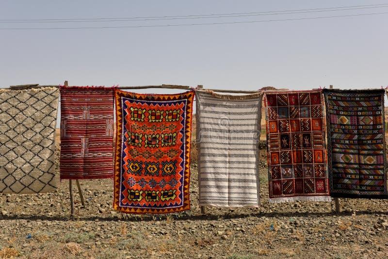 Tradycyjni berber dywany dla sprzedaży w Maroko zdjęcie stock