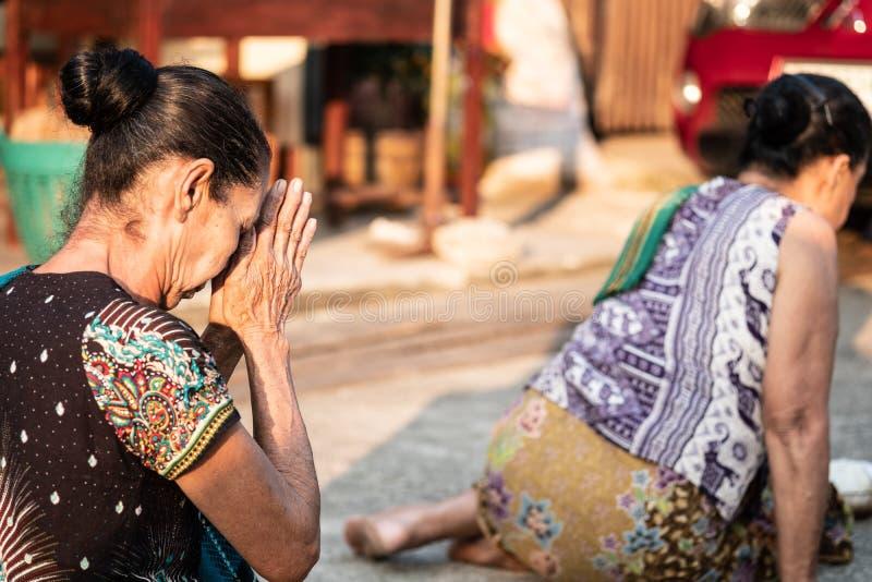 Tradycyjni buddyjscy datki daje ceremonii w ranku przy mącą zdjęcia stock