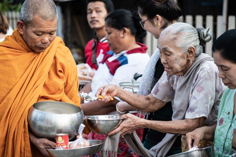 Tradycyjni buddyjscy datki daje ceremonii w ranku przy mącą fotografia royalty free