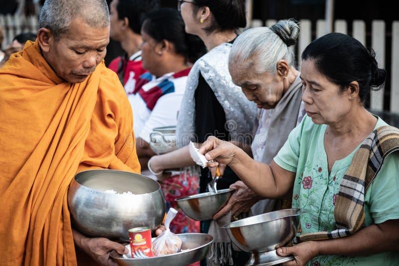 Tradycyjni buddyjscy datki daje ceremonii w ranku przy mącą zdjęcia royalty free
